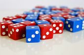 Wuerfel Spiel game play dice rot blau number poster