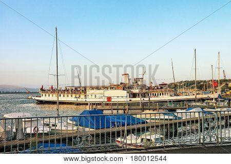 Steam Boat Full Of People Geneva Lake Promenade Du Lac