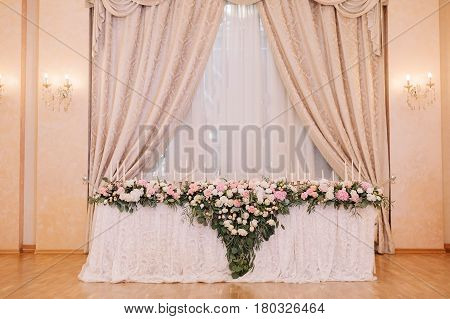 Wedding table decoration for the fiance and fiancee with the coat of arms in the tenderly light pink style