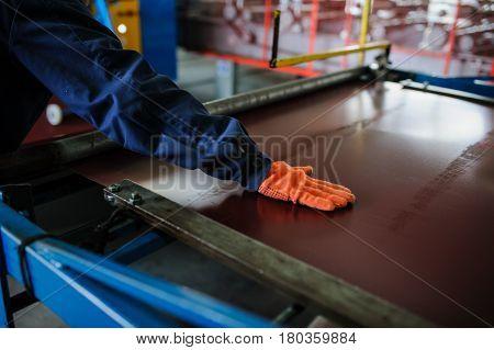 Industrial Worker Spray On Metal Sheet Profiling Machine