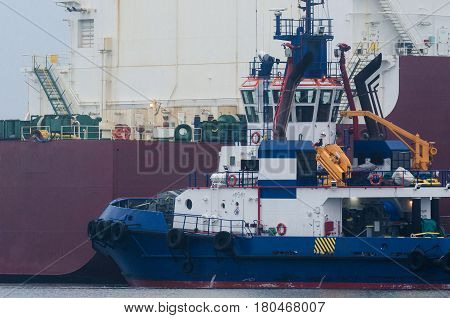 TUG AT WORK - Tug insures mooring Gazoport ship from Qatar with the supply of gas for Polish