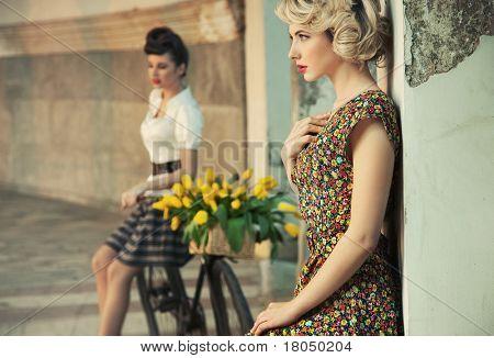 Mode Stil Foto von einem wunderschönen Frauen, retro Kleidung