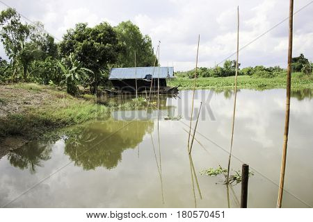 There is a clear picture canal to swim. When a sense of natural beauty.