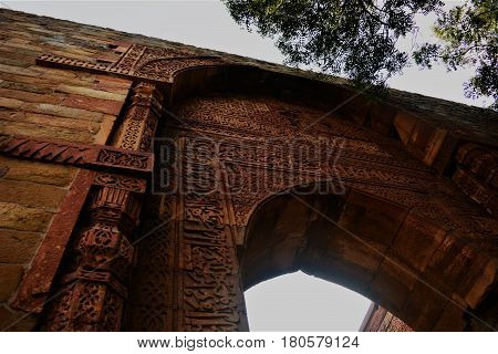 Picture of a Mughal archway, depicting the beauty of the complex inscriptions, which Qutub Minar architecture is known for.