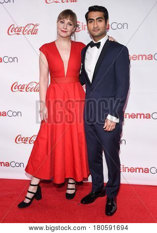 LOS ANGELES - MAR 30:  Kumail Nanjiani and Emily Gordon arrives for the CinemaCon 2017-Awards Presentation on March 30, 2017 in Las Vegas, NV