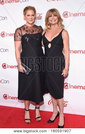 LOS ANGELES - MAR 30:  Amy Schumer and Goldie Hawn arrives for the CinemaCon 2017-Awards Presentation on March 30, 2017 in Las Vegas, NV