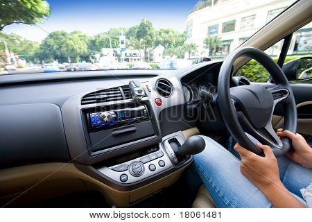 Frau Autofahren in der Stadt