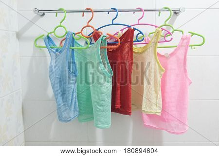 Clothes hanger with many colors sleeveless children's shirt