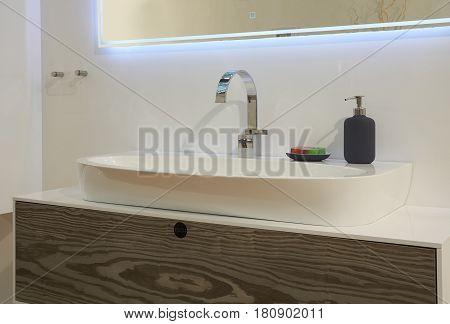 White top ceramic washbasin glossy metal mixer liquid soap dispenser