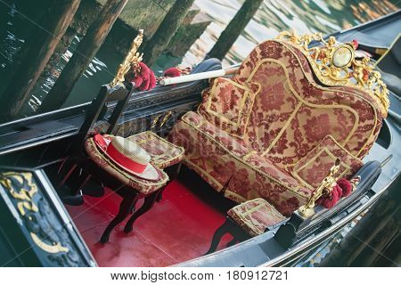 Image of a hat of a gondolier on a specific chair in a gondola