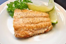 Broiled Salmon with Parsley and Lime Slices