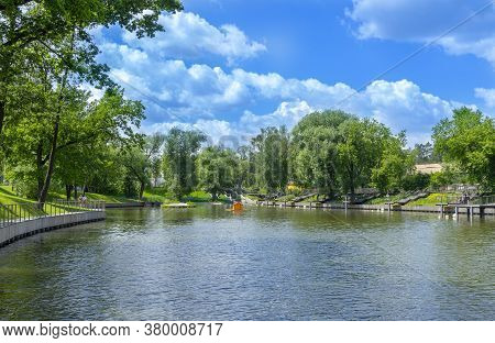 Moscow, Russia - June 16, 2020: Vdnh Park At Sunny Summer Morning. View Of Pond On Vdnh At Sunny Sum