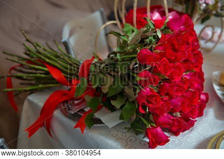 Big Bouquet Of One Hundred Big Red Roses Flowers . A Bouquet Of Flowers Bouquet Of A Hundred Red Ros