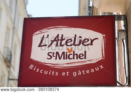 Bordeaux , Aquitaine / France - 08 04 2020 : St. Michel L'atelier Logo And Sign Of French Store Past