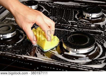 Gas Stove Washing,washcloth  Cleaning The Kitchen .