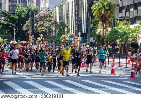 São Paulo, Brasil - August 10, 2020: Several People Running On Avenida Paulista In The City Of São P