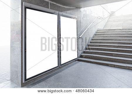 Outdoors em branco ou cartazes localizados no salão subterrâneo