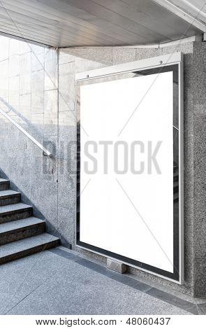 Outdoor em branco ou cartaz localizado no salão subterrâneo