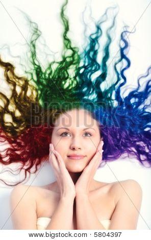 junge Frau mit langem lockiges Haar