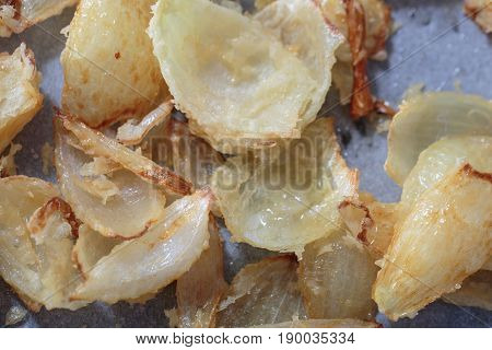 Pan with big pieces of onion fry