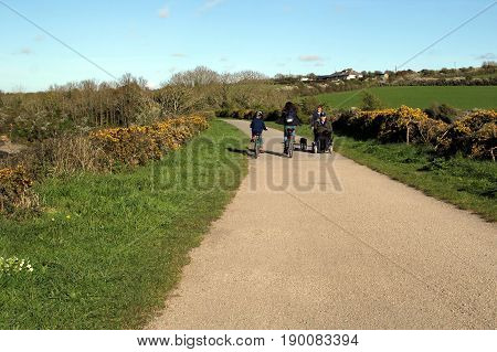 Padstow, Cornwall, Uk - April 6Th 2017: Cyclists And Walkers Enjoying The Evening Sunshine Along The
