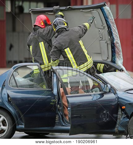 Firefighter Team Takes Off The Car Roof To Pull The Wound