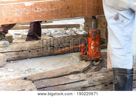 consrtuction renovate building use hydraulic jack up move house