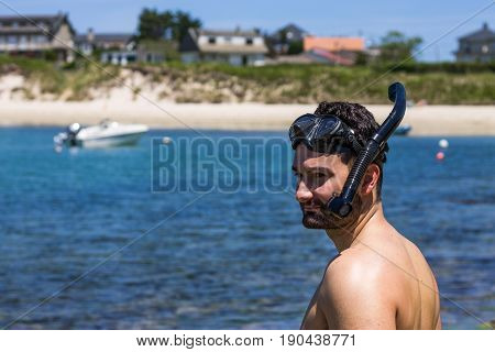 A guy before diving wearing glasses and a snorkle