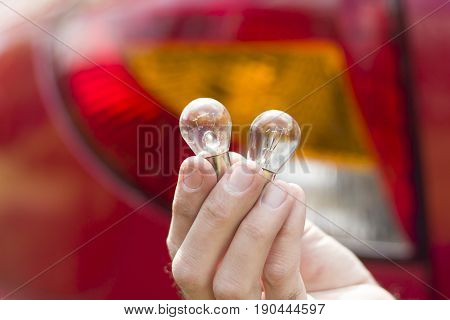 A mechanic chooses a P21 bulb single-filament or dual-filament automotive bulbs