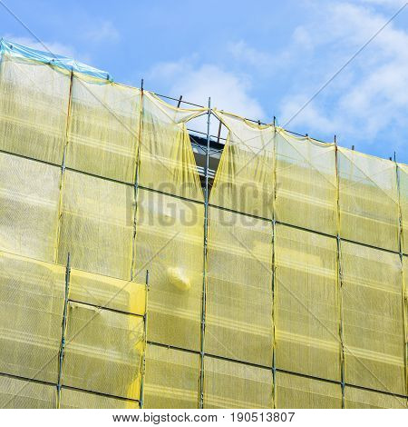 Scaffolding and scaffolding with yellow protection net