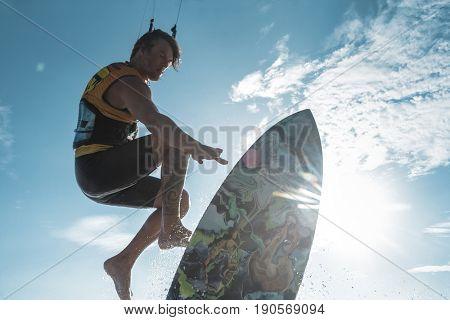 Kitesurf freestyle on the waves