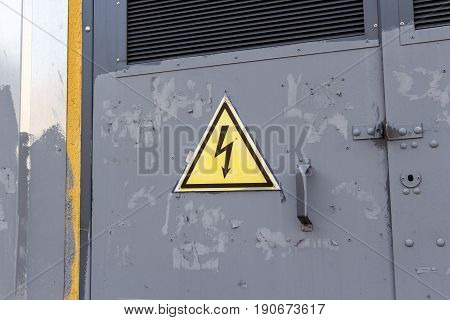 Sign of high voltage on the transformer