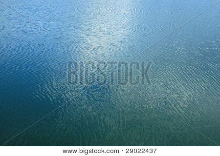 Arka plan - su sakin göl ve mavi sularda yansıtan bulutlar