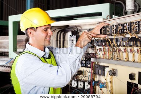 männlich Elektriker Reapairing industrieele Machine Control-Komponente