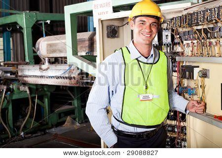 männlich caucasian industrielle Techincian Porträt an Maschinen