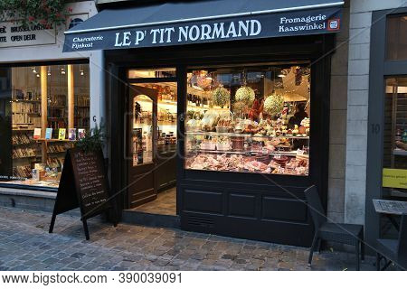 Brussels, Belgium - November 19, 2016: Gourmet Cheese Shop In Brussels Old Town Area. Brussels Is Th
