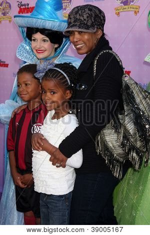 LOS ANGELES - NOV 10: Angela Bassett, Bronwyn Golden Vance, Slater J Vance arrive at the
