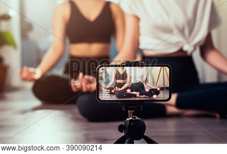 Yoga Online To Live Streaming On A Smartphone, The Fitness Trainer Teaches Exercise So That The Audi