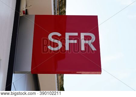 Bordeaux , Aquitaine / France - 10 10 2020 : Sfr Red Text Logo And Sign Front Of French Phone Operat