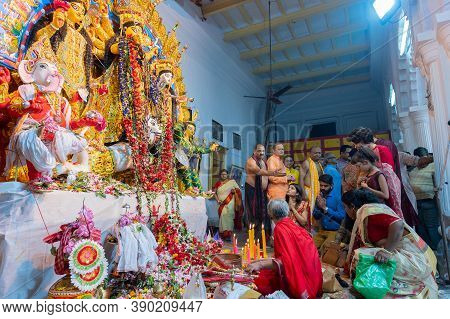 Kolkata,west Bengal,india - 6th October 2019 : Pushpanjali Being Offered By Bengali Devotees To Godd