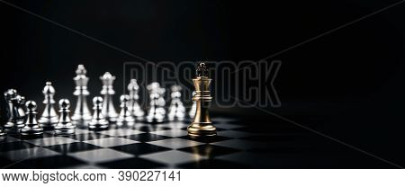King Golden Chess Standing Confront Of The Silver Chess Team To Challenge Concepts Of Leadership And