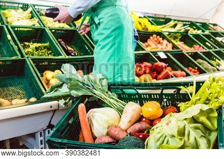 Saleslandy woking in Shop with organic vegetables in a box