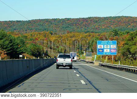 Slatington, Pennsylvania, U.s.a - October 17, 2020 - Traffic On Interstate 476 South Into Hickory Ru