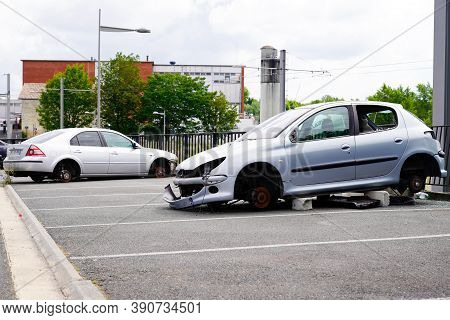 Bordeaux, Aquitaine / France - 16 10 2020 : Peugeot 206 And Ford Mondeo Stealing Car Stolen Without
