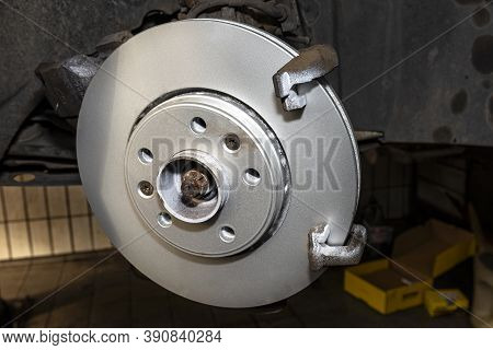 New Brake Disc With An Anti-corrosion Layer, Mounted On The Front Hub.