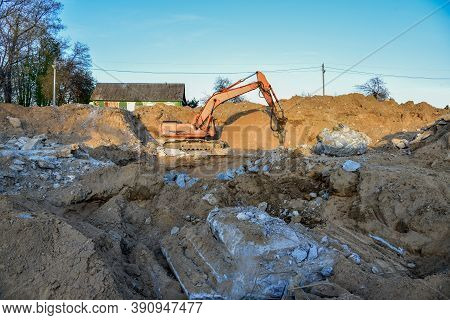 Crawler Excavator With Hydraulic Breaker Hammer For The Destruction Of Concrete And Hard Rock At The