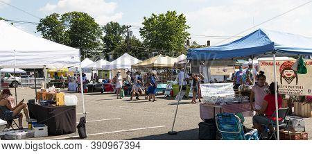 Babylon, New York, Usa - 28 June 2020: The Babylon Farmers Market Is Set Up And Open For Business Du