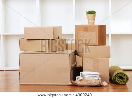 Moving Boxes in leeren Raum