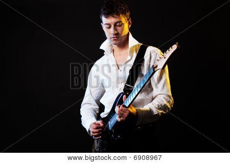 Joven músico tocando