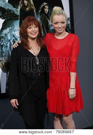 LOS ANGELES - AUG 01:  Frances Fisher & Francessca Eastwood arrives to